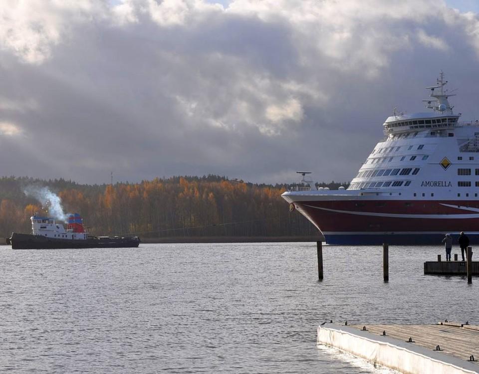 Amorella bogseras in i Åbo hamn