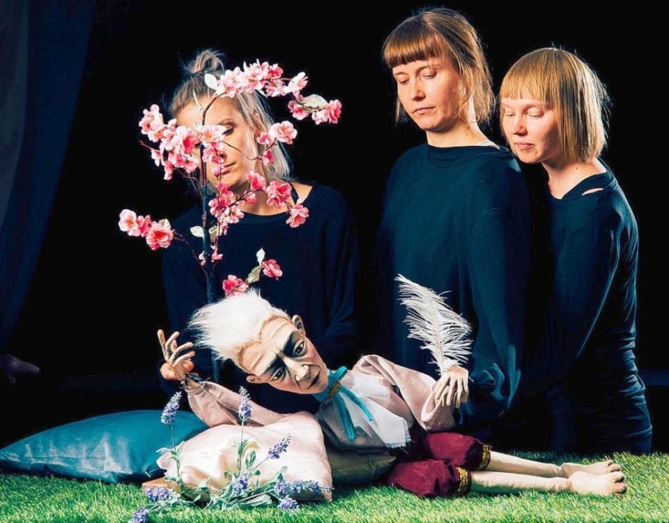 Tre kvinnor och en dockteaterdocka