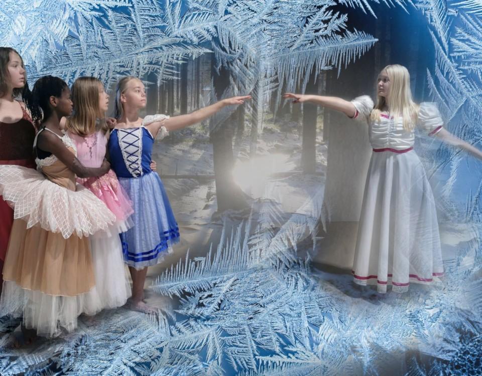 fyra flickor i grupp står på avstånd till femte