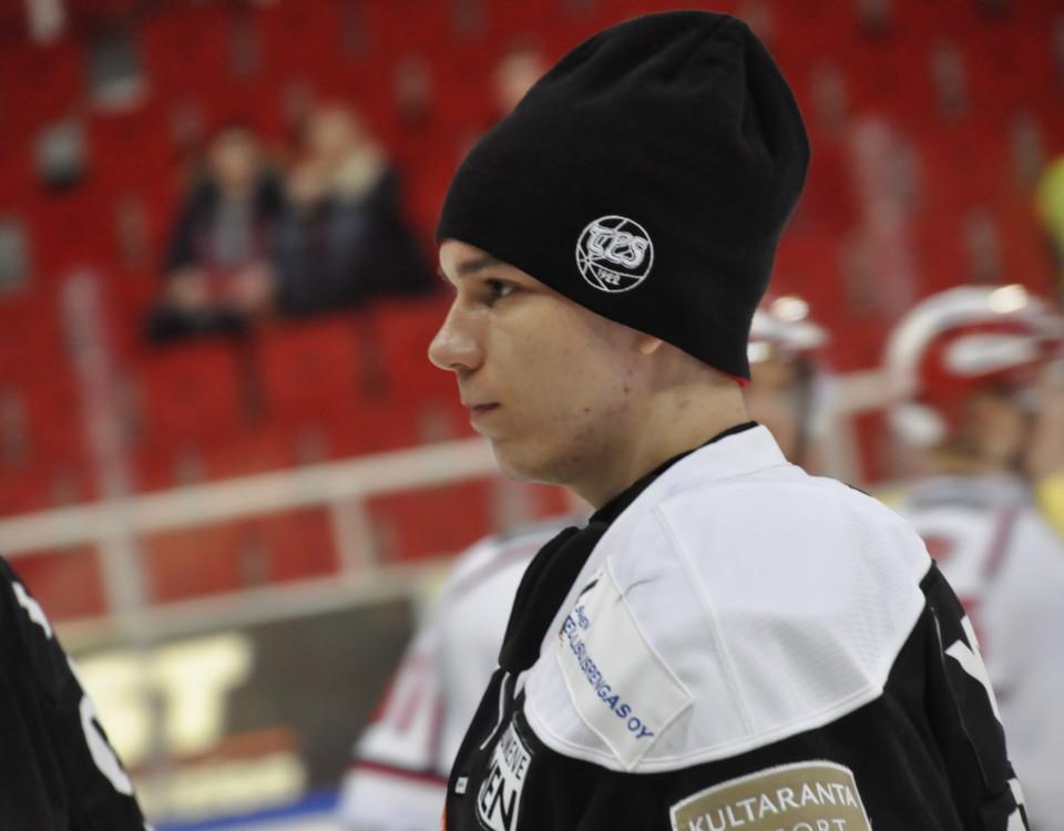 En ishockeymålvakt med mössa