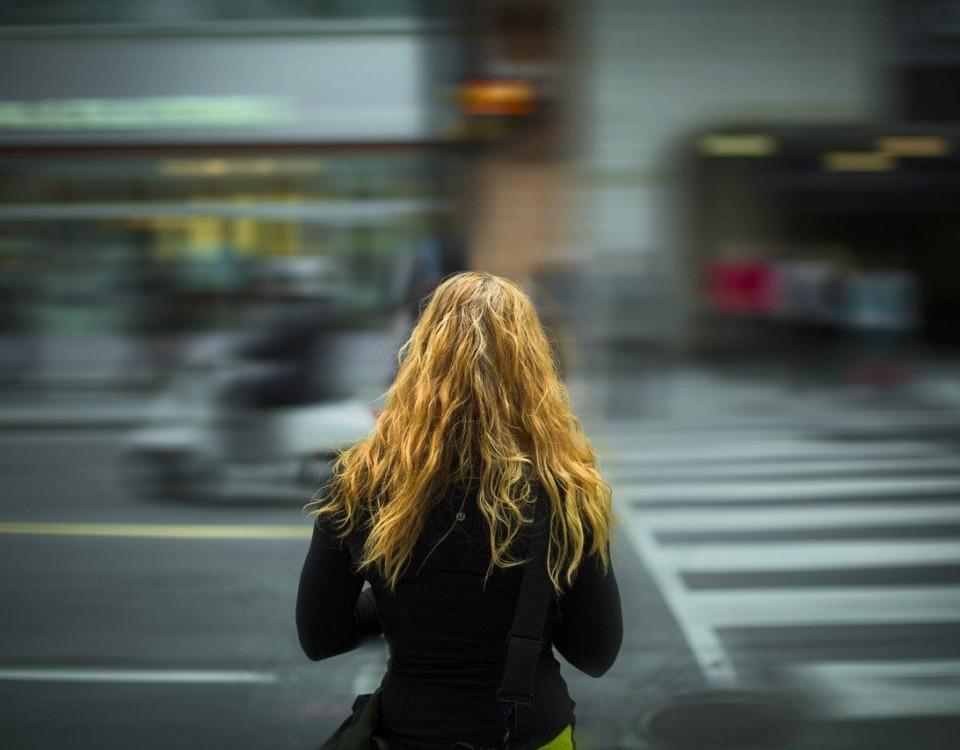 flicka med långt hår på gata