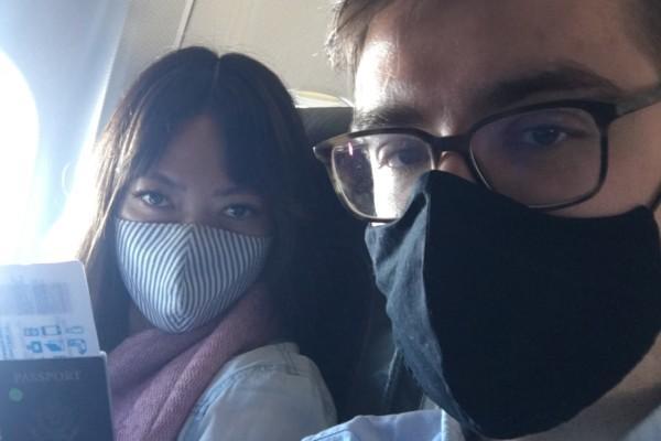 Två personer i ett flygplan
