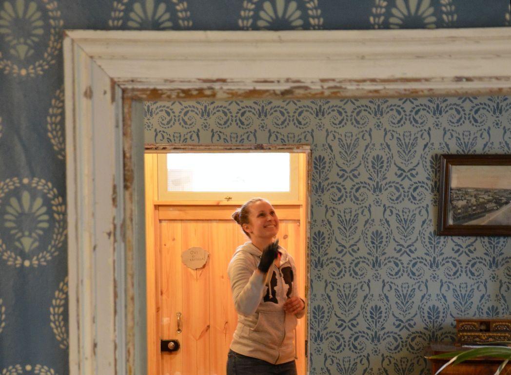 Kvinna reparerar dörrkarm