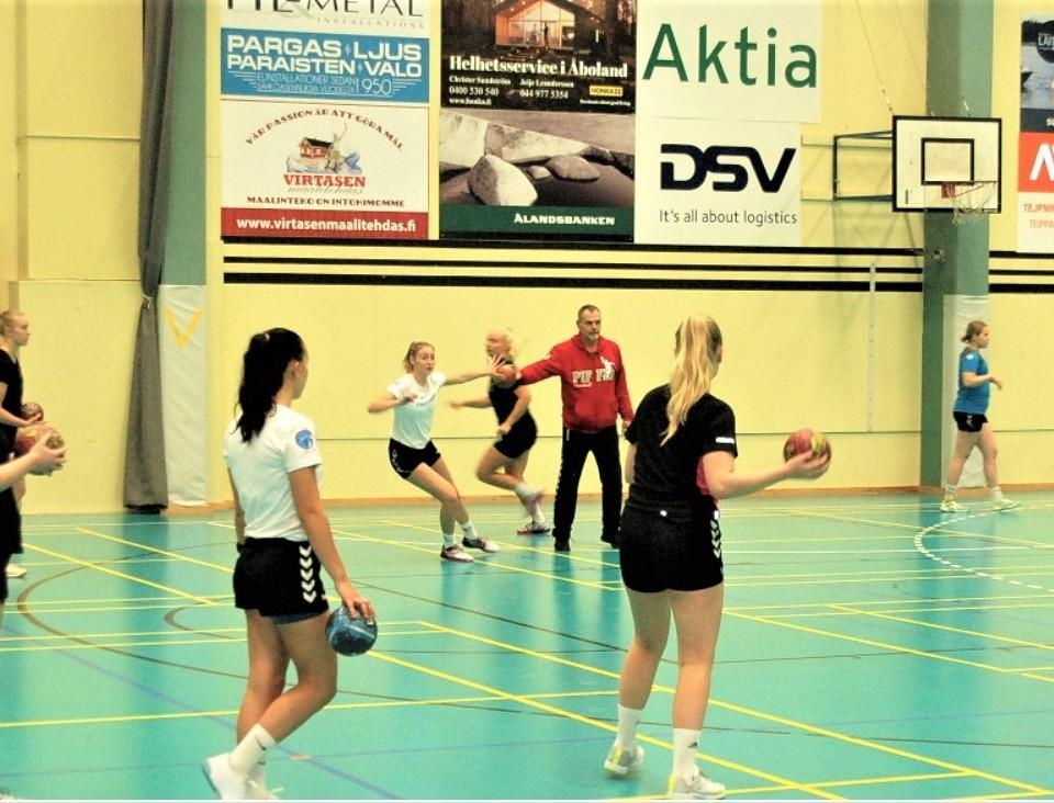 Damer tränar handboll
