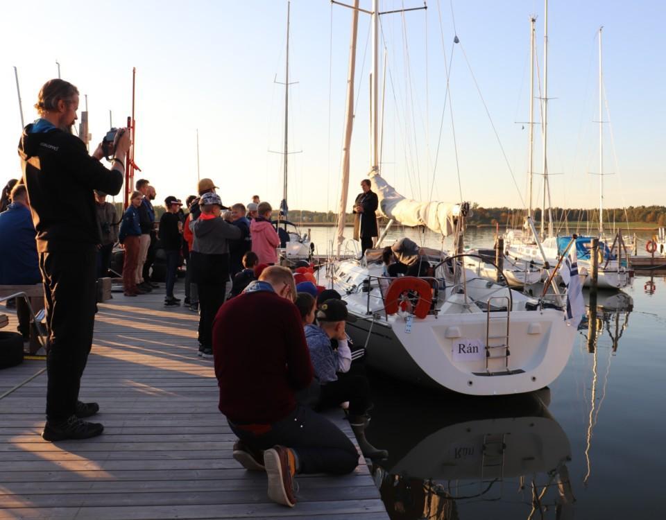 Människor vid en båt vid en brygga.