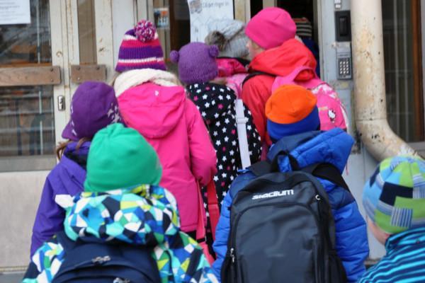 Skolbarn på väg in