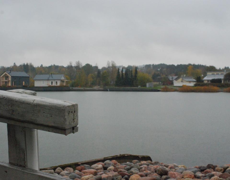 bostadsområde med vatten i förgrunden