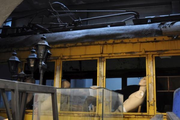 Gammal spårvagn med skyltdockor inuti