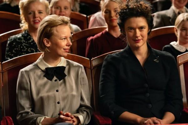 två kvinnor i en teatersalong