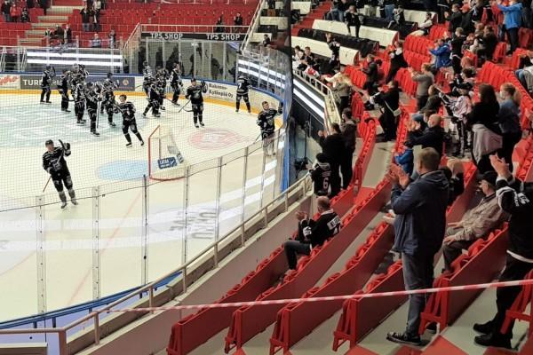 hockeyspelare firar seger efter matchen