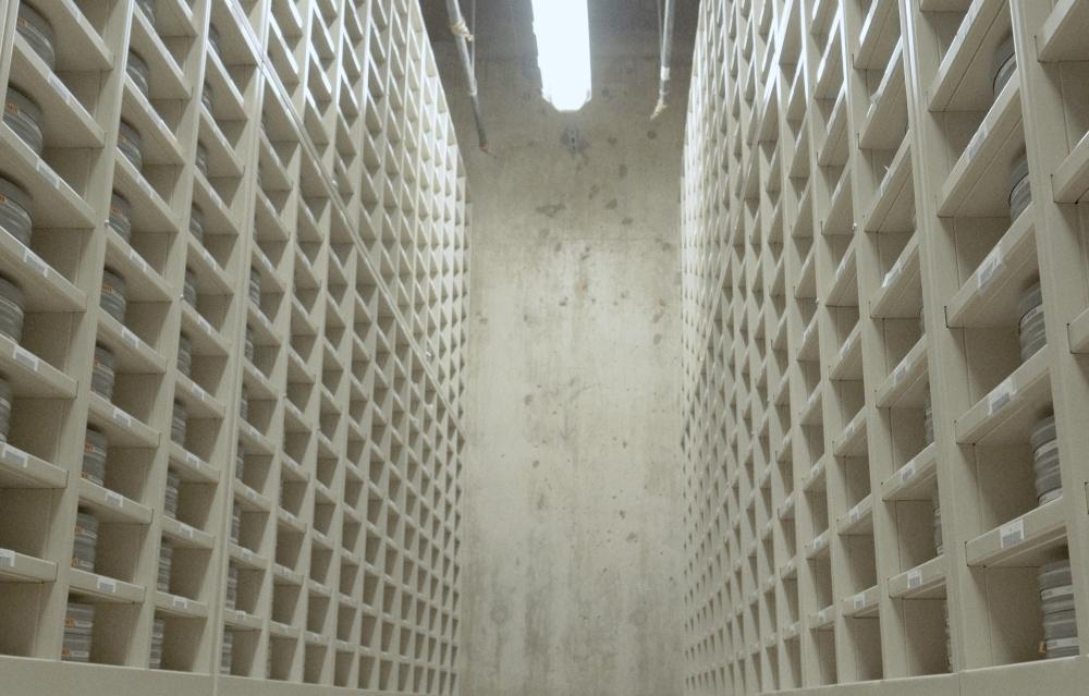 konstig vit vägg med många hyllor, är ett kosntverk