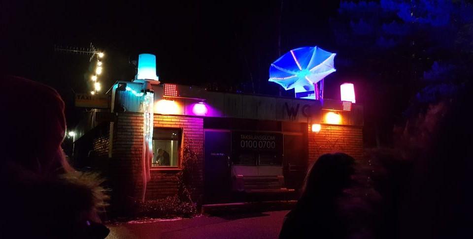 Ljuskonstverk, upplyst hus i granna färger