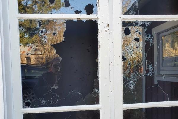 Ett söndrigt fönster.