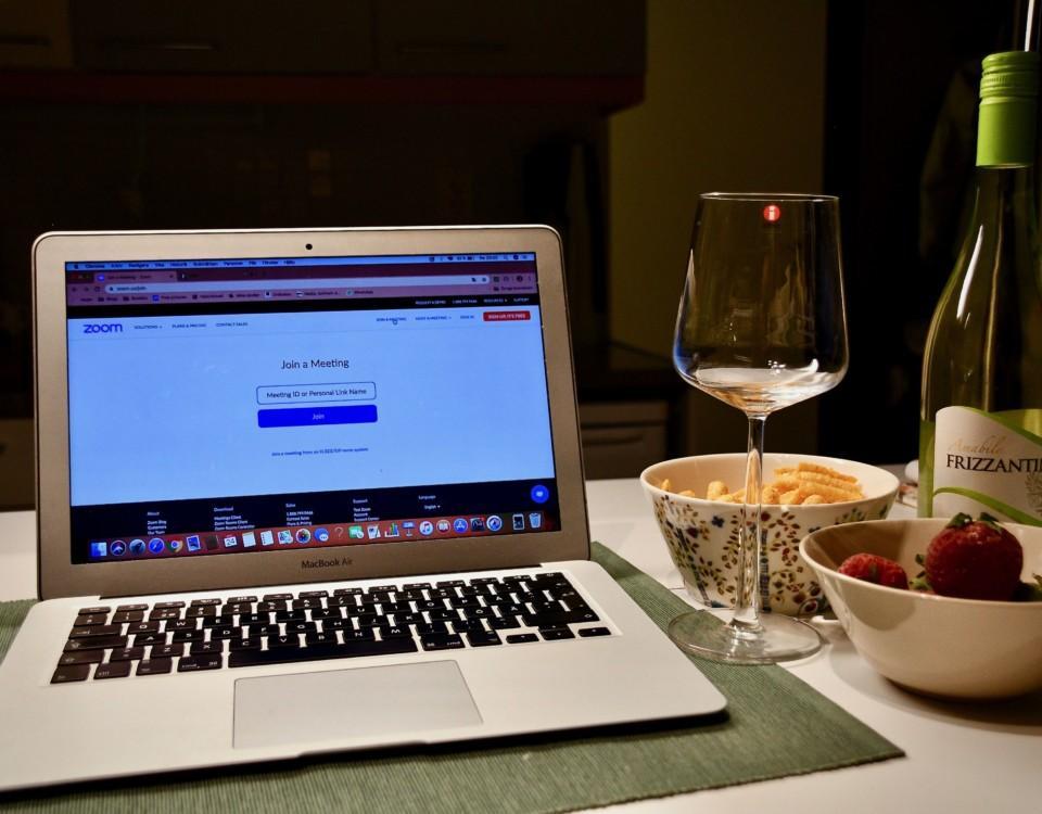 laptop. Invid en flaska vin och smått ätbart
