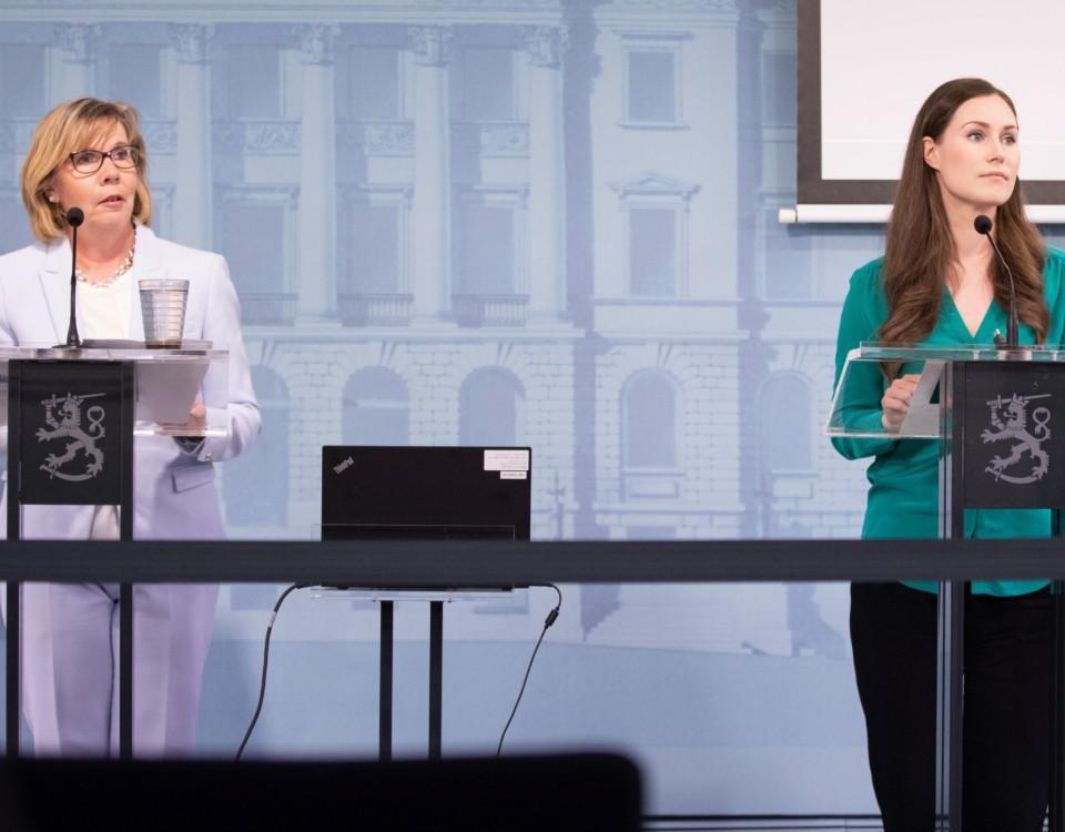 två ministrar under presskonferens