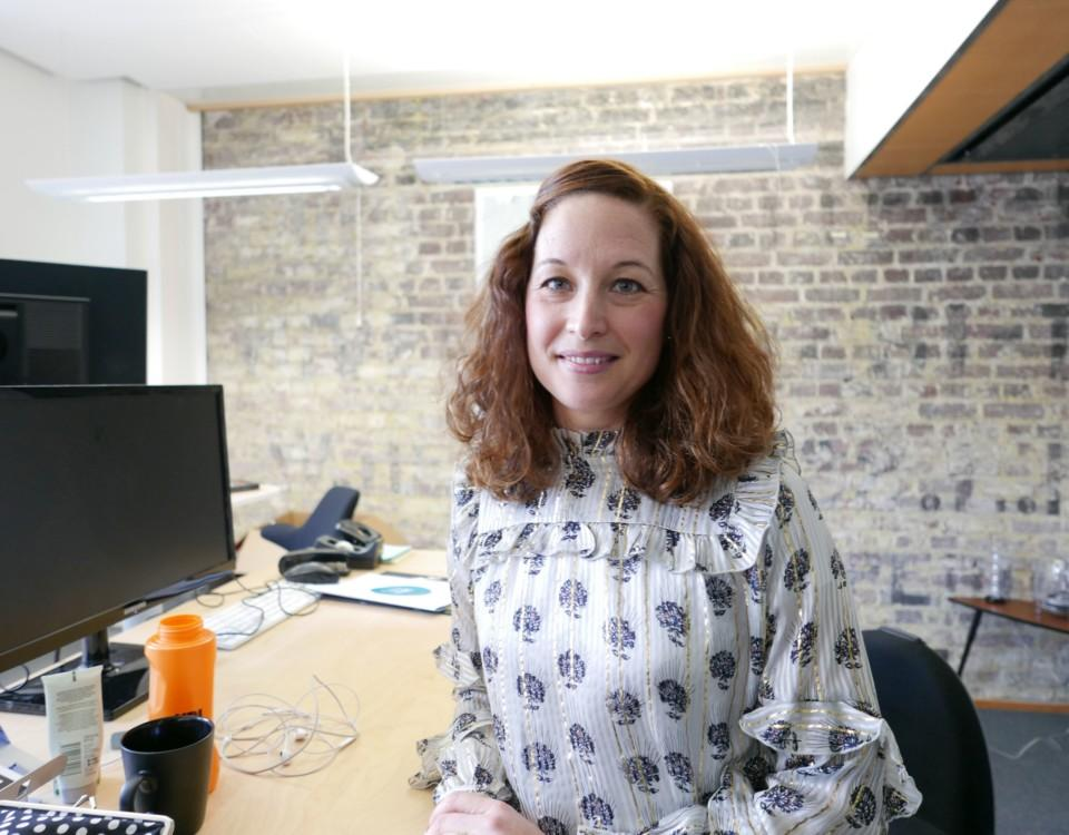 en kvinna vid skrivbord