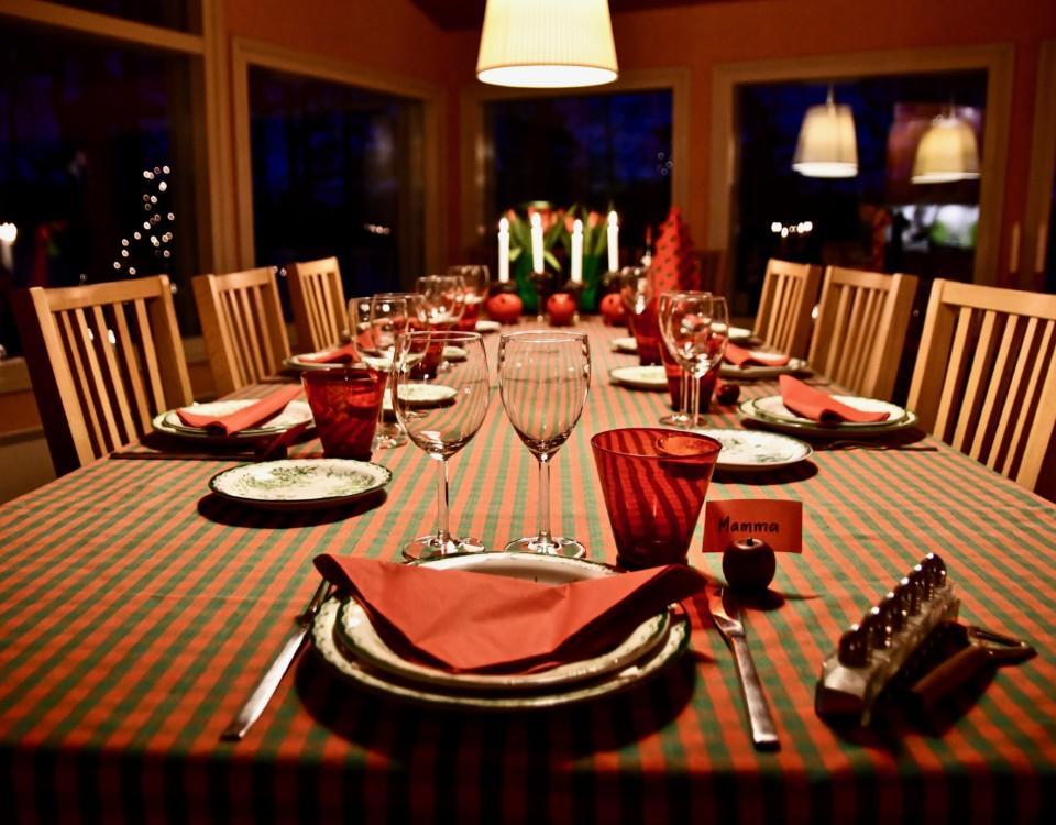 ett juldokat bord