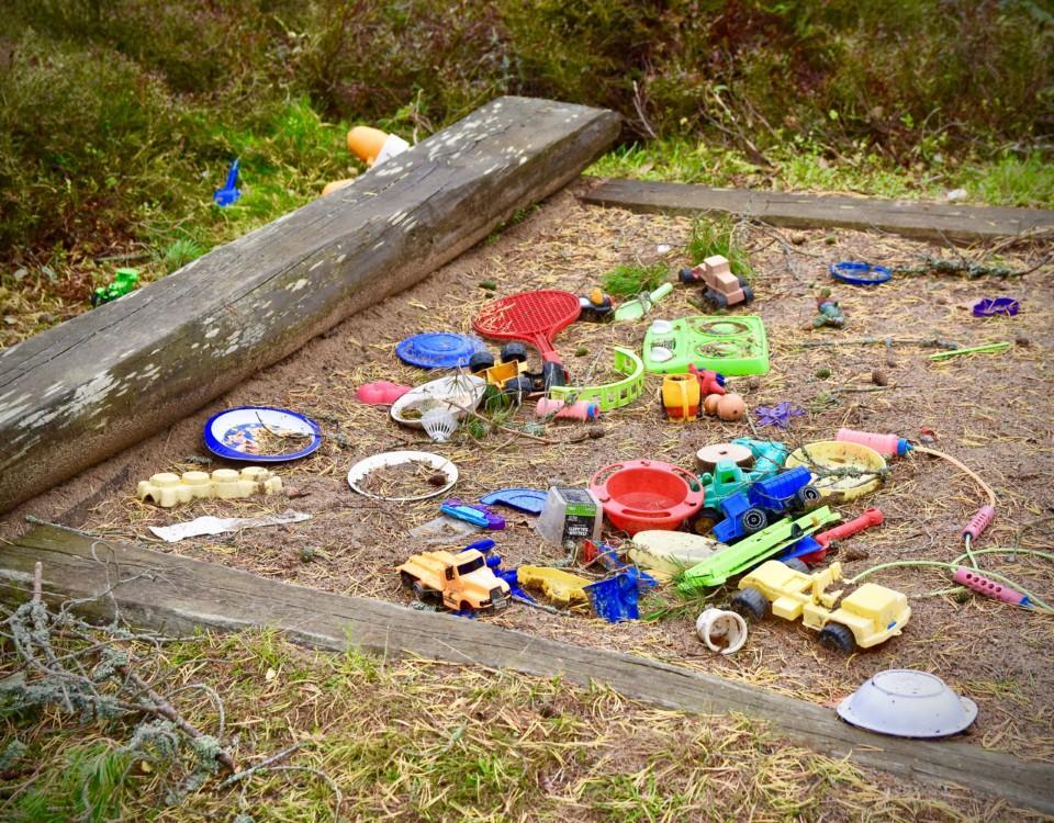 Leksaker i en sandlåda.