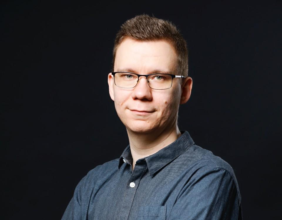 en porträttbild av en man med glasögon