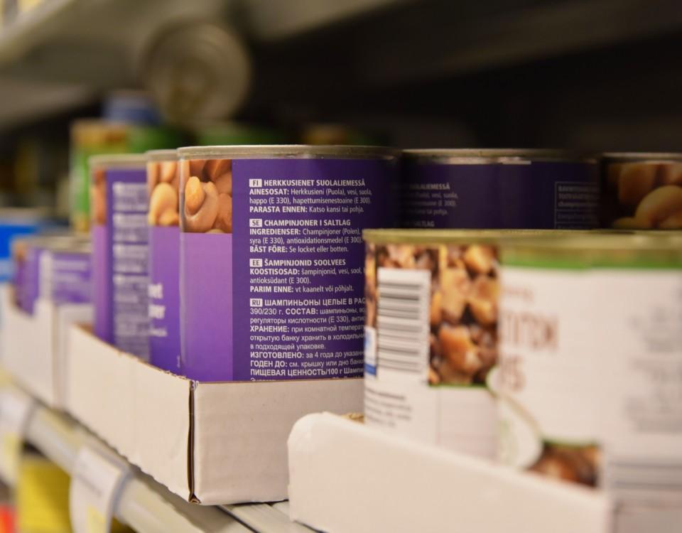 konservburkar på en butikshylla