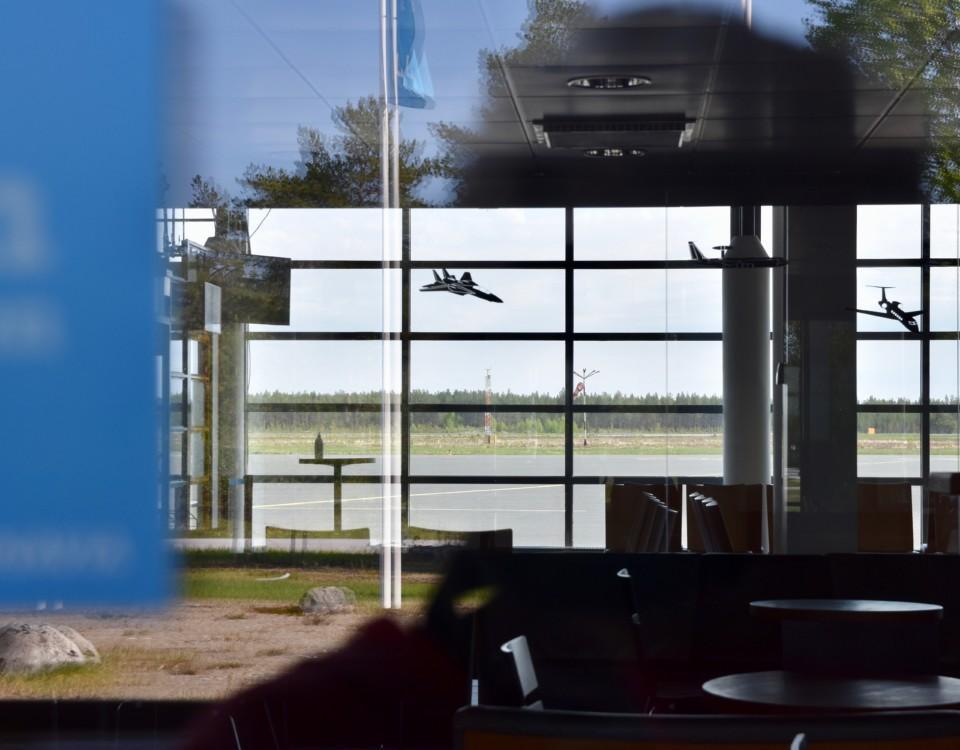 ett flygfält sett genom ett fönster