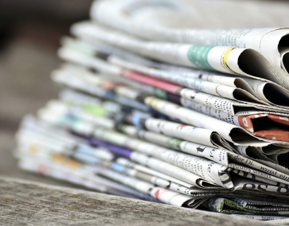 en hög med dagstidningar