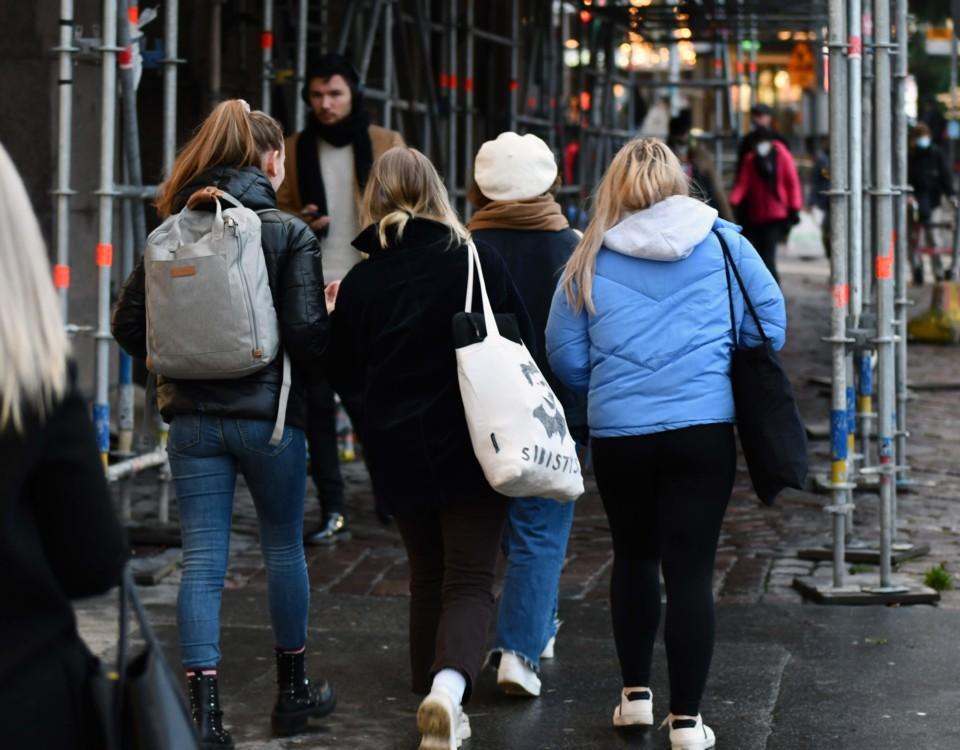Människkor på en gata.