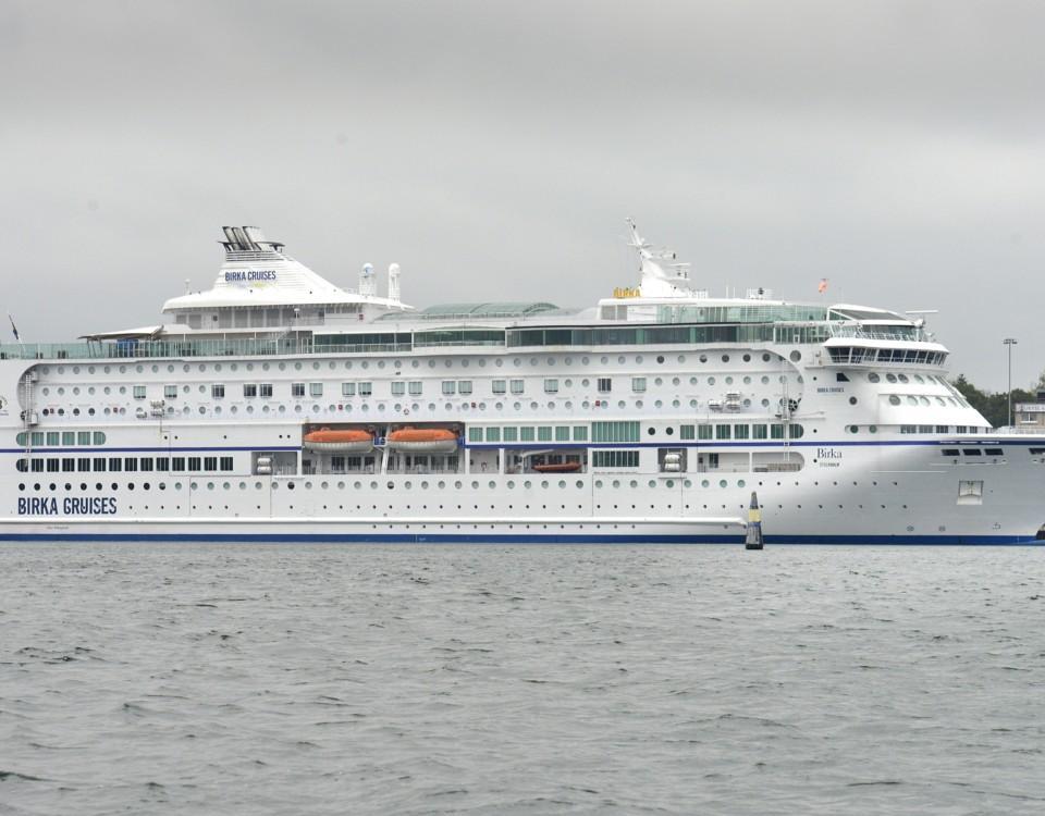 Ett passagerarfartyg i hamn