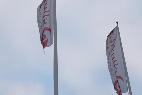 vita flaggor på höjden med röd text