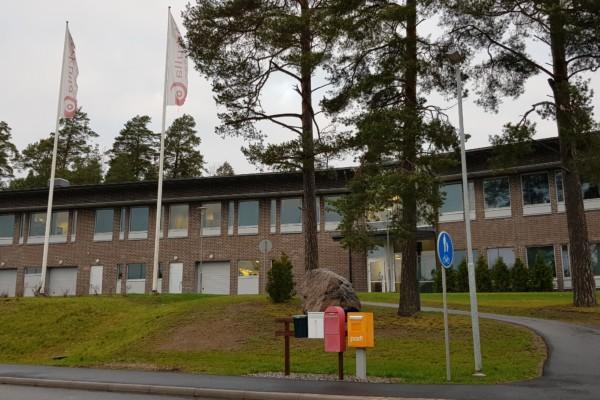 Administrativ byggnad i brunt tegel fotad utifrån