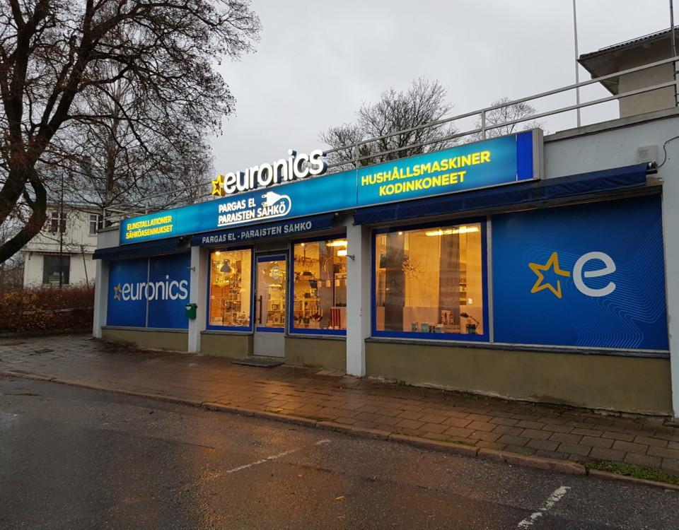 Elaffär med nya stora skyltar i lysandet blått