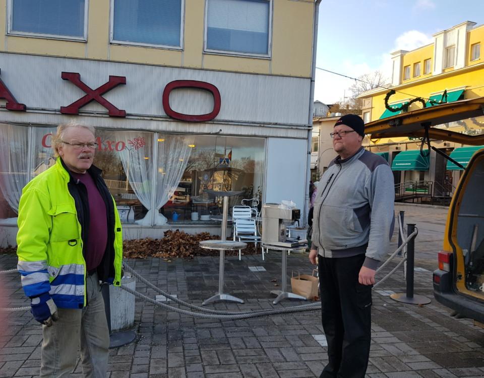 två män utanför ett nedlagt café