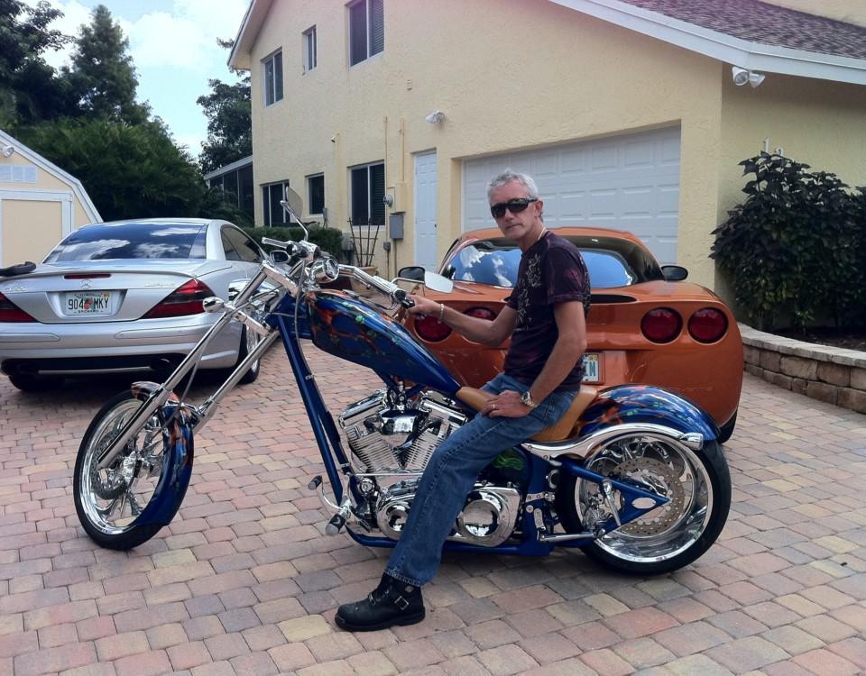 en man på motorcykel
