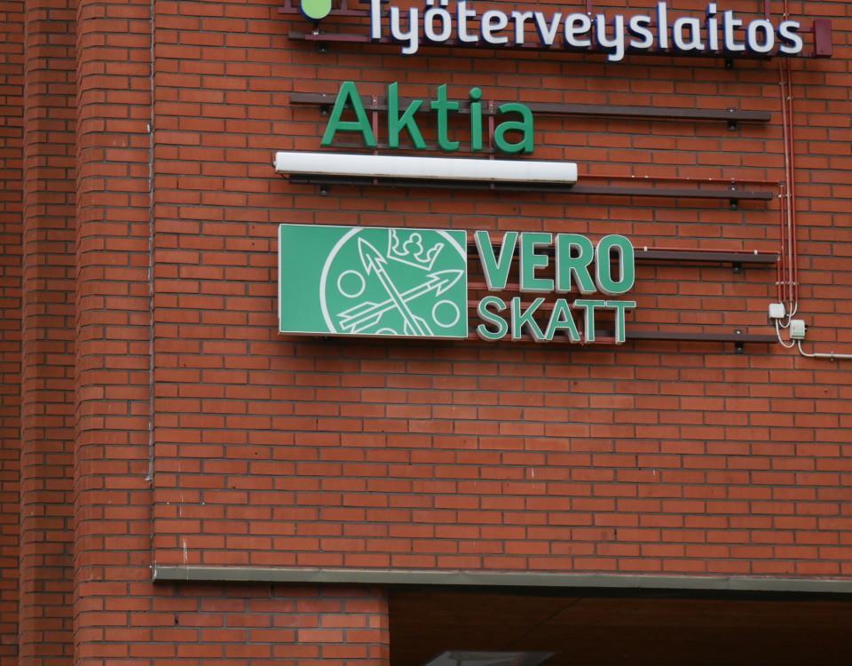 VERO-SKATT-skylt på röd tegelvägg