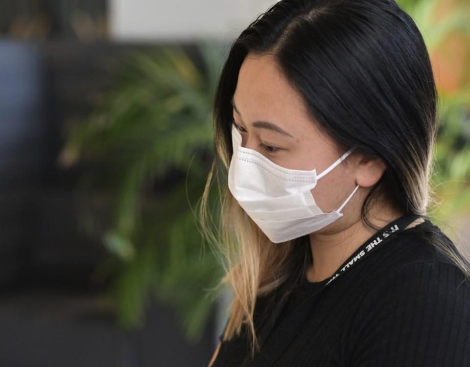 kvinna med munskydd