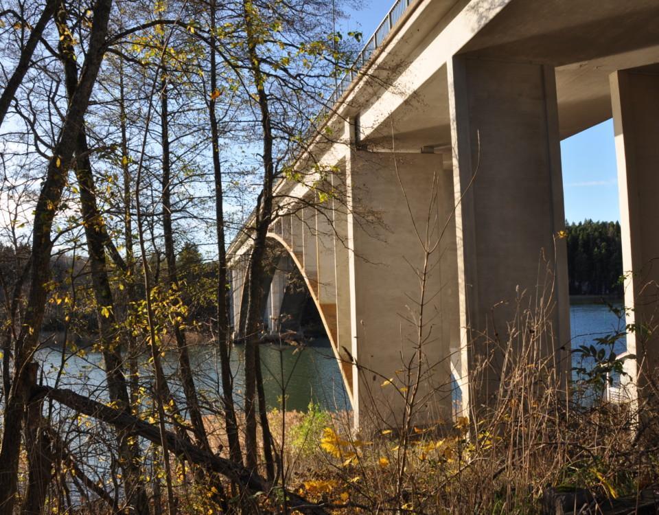 stor bro över vatten