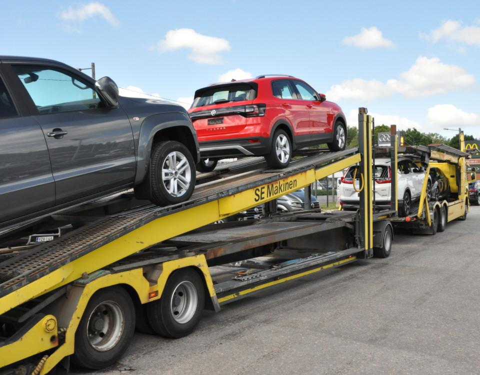 lastbil med släp lastad med bilar