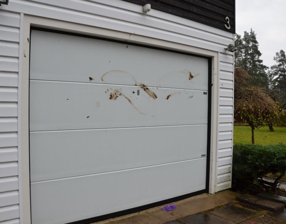 En garagedörr som kletats ner med hundbajs.