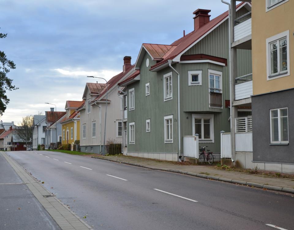 Hus på en gata.
