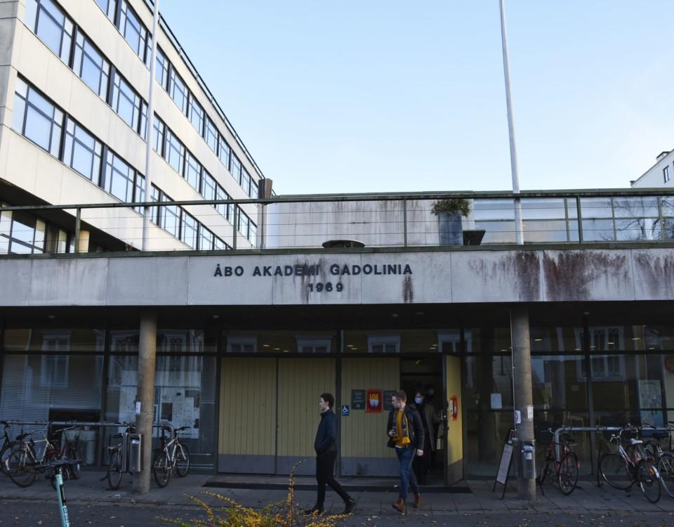 en grå universitetsbyggnad