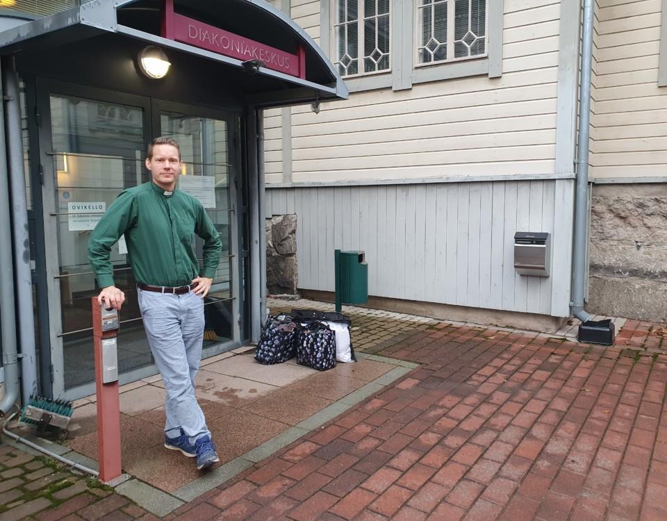 Mikael står utanför diakonicentrets dörr.