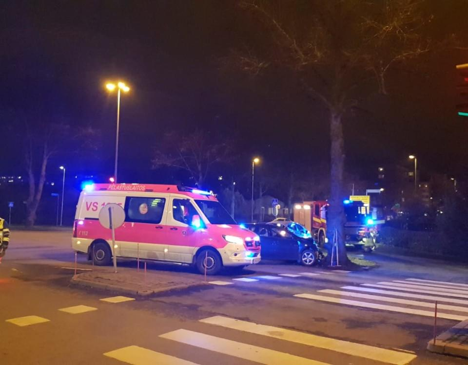 en krockad bil samt ambulans och brandbil