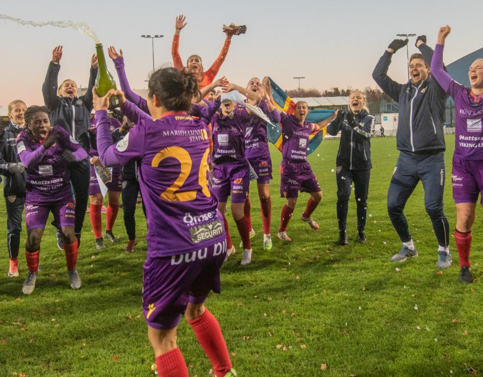 fotbollslaget firar guld
