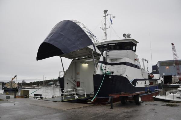 Förbindelsebåt i hamn med bogporten öppen