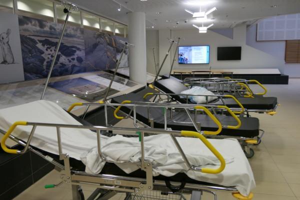 några tomma sjukhusbårar står i ett sjukhus