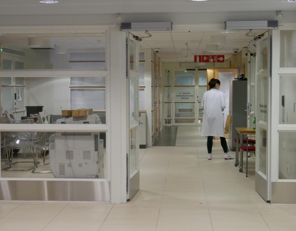 en sjukskötare i en sjukhuskorridor