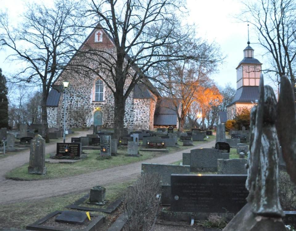 en kyrka med kyrkogård