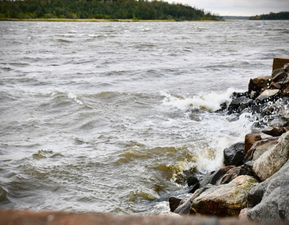 Ett stormigt hav som slår mot en vågbrytare.