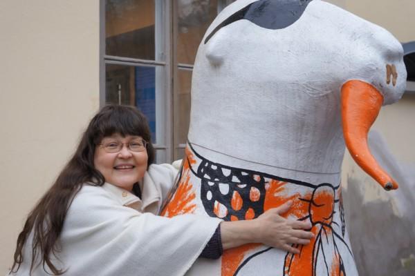 kvinna som kramar staty