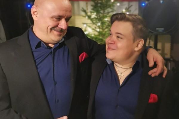 far och son som ser på varandra
